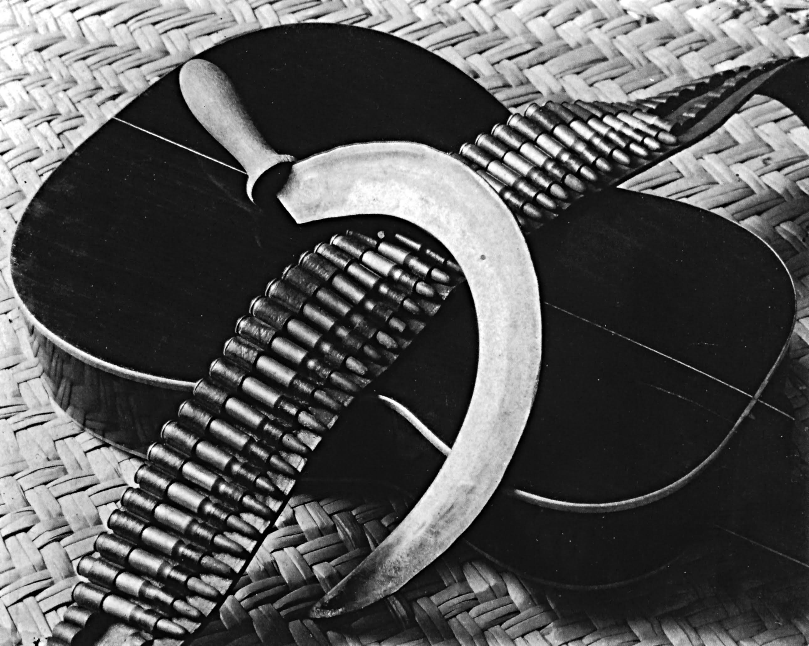 Tina Modotti, Épi de maïs, guitare et cartouchière (composition pour une chanson mexicaine), 1927, épreuve gélatino-argentique, tirage moderne,  29,5 × 22,3 cm